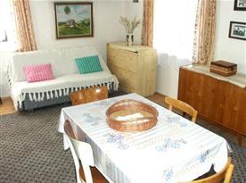 Obývací pokoj lůžkem, rozkládací sedací soupravou, televizí