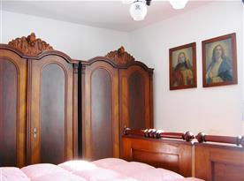 Ložnice s lůžky a skříněmi