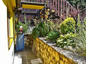 Pohled od vstupu do chaty ke schodům do podkroví