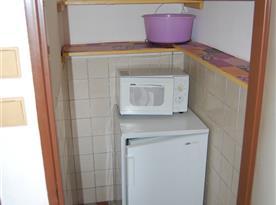 Spižírna s lednicí a mikrovlnnou troubou