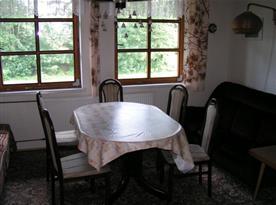 Obývací pokoj se stolem, židlemi a pohovkou