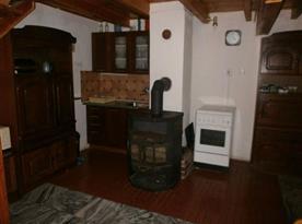 Obývací pokoj s kamny a kuchní