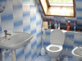 Koupelna s umývadlem, toaletou a bidetem