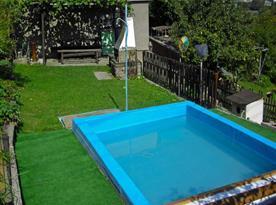 Pohled na zahradní bazének