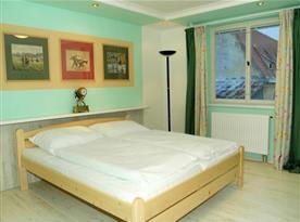 Pokoj v penzionu s lůžky, sociálním zařízením a kuchyňkou