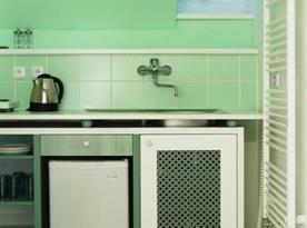 Kuchyňka v pokoji s lednicí, konvicí a vařičem