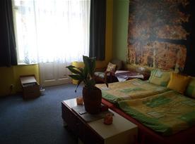 Ložnice II se vchodem na balkon a zahrádku