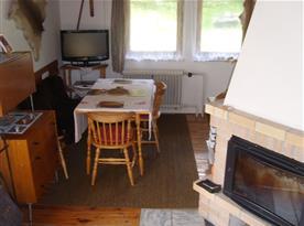 obývací pokoj - místo pro společné stolování a když bude škaredě na telku