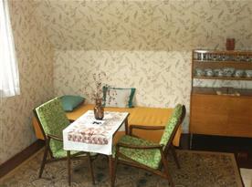 Ložnice s pohovkou, stolkem, křesly a sekretářem