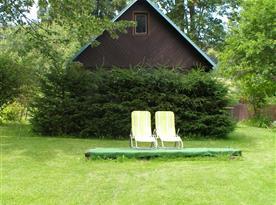 Odpočinek s lehátky před chatou