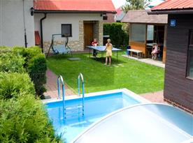 Zahrada s bazénem, houpačkou a stolním tenisem