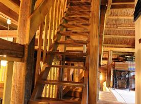 Krásné dřevěné schody do podkroví