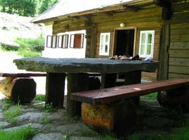 Posezení u kamenného stolu pod staletou lípou