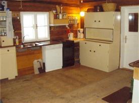 Kuchyně se sporákem, lednicí, myčkou, kávovarem a varnou konvicí