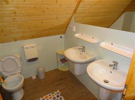 Koupelna A se sprchovým koutem, umývadlem a toaletou