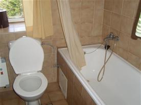 Koupelna B s vanou, umývadlem a toaletou