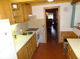 Kuchyně se sporákem, lednicí, varnou konvicí a mikrovlnou troubou