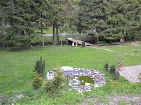 zahrada s protékajícím potůčkem