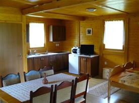 Šestilůžková chata - obytná místnost s kuchyní a jídelnou