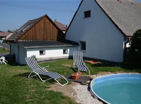Chalupa s bazénem a posezením