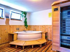 Relaxační zóna s finskou saunou, vířivkou, sprchou a posezením.