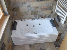 Hydromasážní vana v koupelně