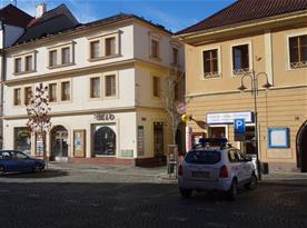 dům vlevo : PrimaByt, Klostermannova 4, 342 01 Sušice
