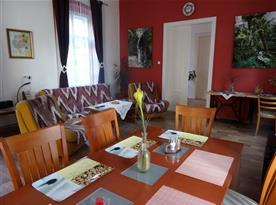 Apartmán PB Balcony - obývací pokoj s jídelním stolem