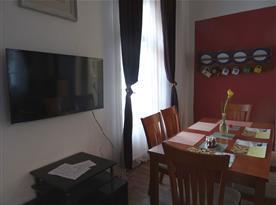 Apartmán PB Balcony - jídelní stůl v obýváku