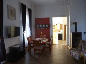 Apartmán PB Balcony - z obýváku do kuchyně
