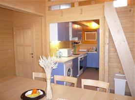 Společenská místnost s kuchyňským koutem