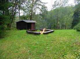 Otevřené ohniště s posezením