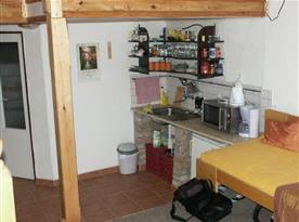 Kuchyně s vařičem, ledničkou, varnou konvicí a mikrovlnou troubou