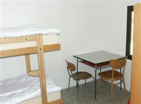 Chatka s lůžky, skříní, stolem a židlemi