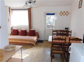 Pohled z kuchyně na jídelní kout a obývací pokoj
