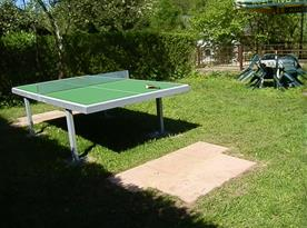 Venkovní stůl na stolní tenis s posezením