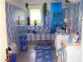 Koupelna s vanou, pračkou a sušičkou