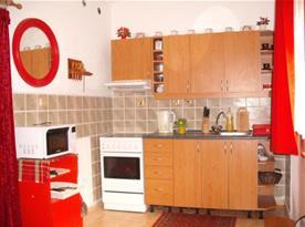 Kuchyně se sklokeramickým sporákem s troubou, varnou konvicí a mikrovlnou troubou