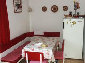 Kuchyně s jídelním koutem a lednicí