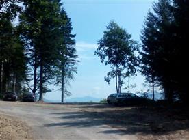 Parkoviště u příjezdové cesty.