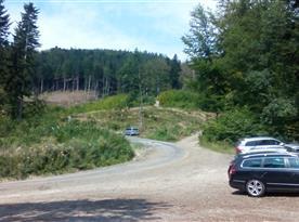 Cesta pokračuje doprava k chatě a doleva na rozhlednu Velký Javorník