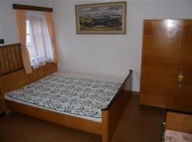 Ložnice A s manželskou postelí a skříní