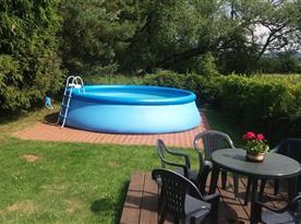 Bazén s posezením na zahradě