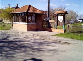 Autobusová zastávka kousek od objektu