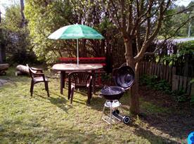 Posezení na zahradě s grilem a ohništěm