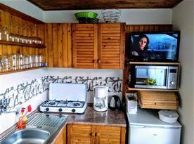 Kuchyňka s mikrovlnkou a TV