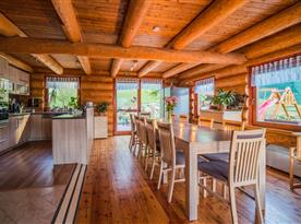 Společenská místnost s kuchyní a jídelním koutem