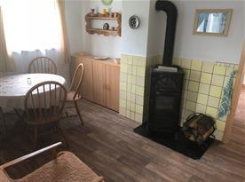 Vybavená kuchyňka s jídelním koutem