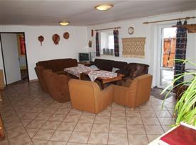 Společenská místnost s televizí a posezením