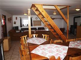 Pohled na společenskou místnost a schody do patra